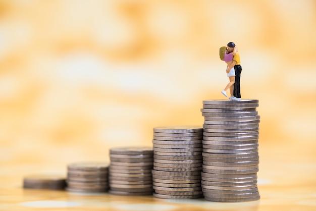 硬貨の積み増しのミニチュアのカップル