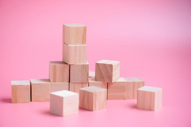 木製立方体のビルディングブロックのスタック