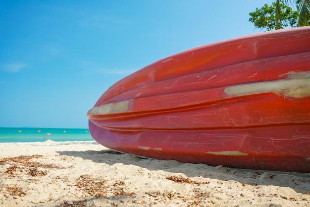 ビーチの砂の上のカヤックボート