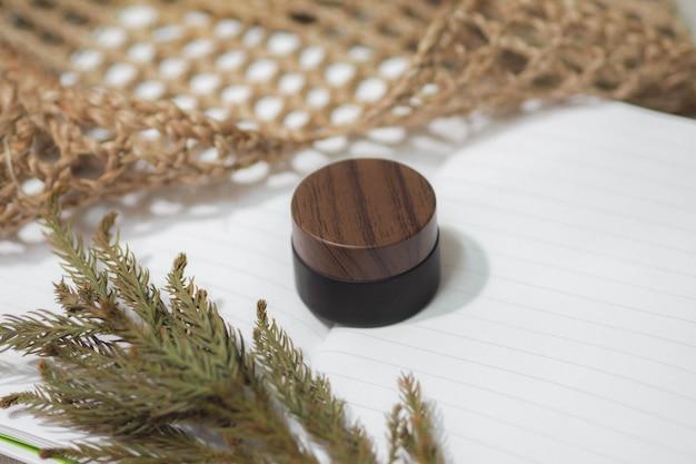化粧品ボトルは、ドライフラワーと織りハンドバッグを備えた茶色の製品です。