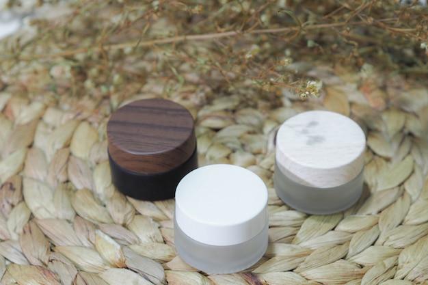 Флакон косметический флакон белый, коричневый, кремовый с сухим цветком.
