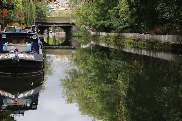 リトル・ヴェニスのリージェント・カナルのボートでの生活ロンドン