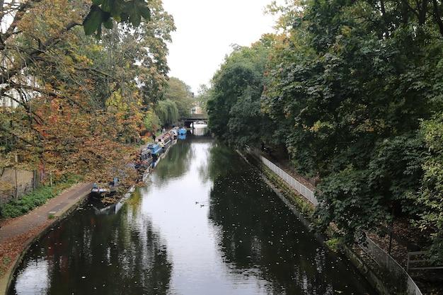 ロンドンのリージェント運河である秘密の美しさを見つけよう