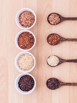 Сбор цельнозернового жасминового риса на деревянном столе.