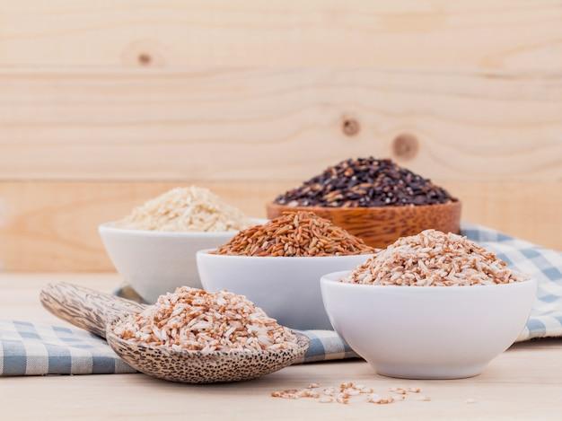 木の背景に健康できれいな食べ物のための全粒米。