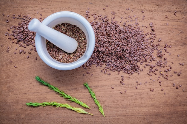 Здоровое питание семян на деревянном фоне.