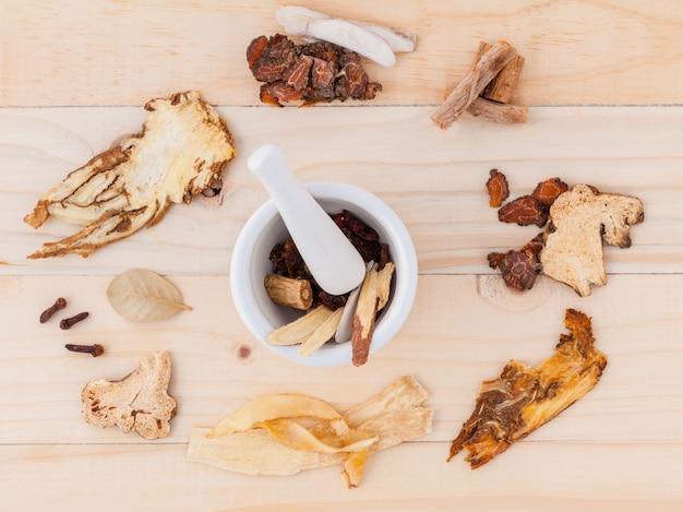 Китайская фитотерапия для здорового рецепта на деревянном фоне.