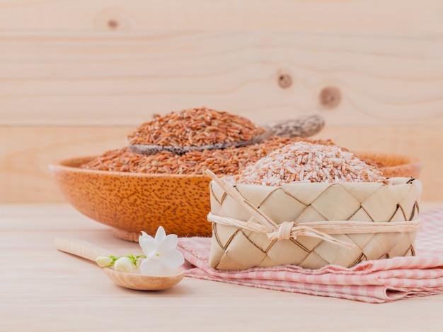 Цельнозерновой рис для здоровой и чистой пищи на деревянном фоне.