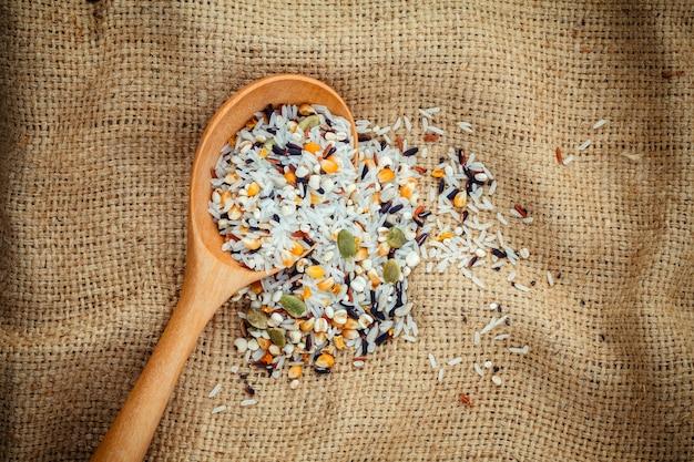 健康的できれいな食べ物のための最高の食べ物を混在させたマルチグレイン