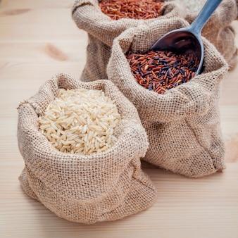 健康でスーパーな食べ物のための全粒穀物のライス。