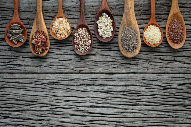 木目の木の背景にさまざまな種類の穀物と穀物