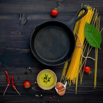 黒い木製の背景に薄いスパゲッティ。