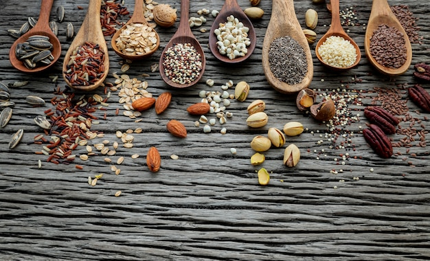穀物やぼろぼろの木製の背景に穀物の種類