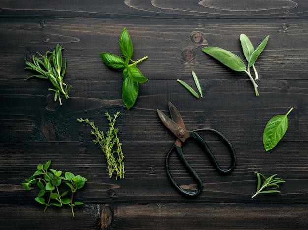 Различный специй и трав на деревянной предпосылке.
