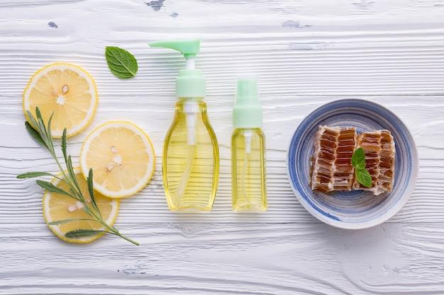 最高のすべての自然な顔の保湿剤のテーブルの概念上のスキンケア成分。
