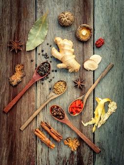 Ингридиенты для китайского травяного супа на затрапезной деревянной предпосылке.