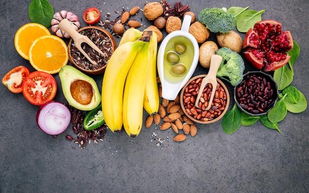 健康的な食品の概念は、暗いコンクリート背景コピースペースに設定します。