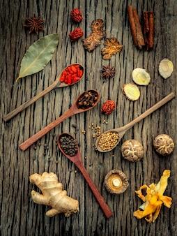 ぼろぼろの木の上の中国のハーブスープのための原料