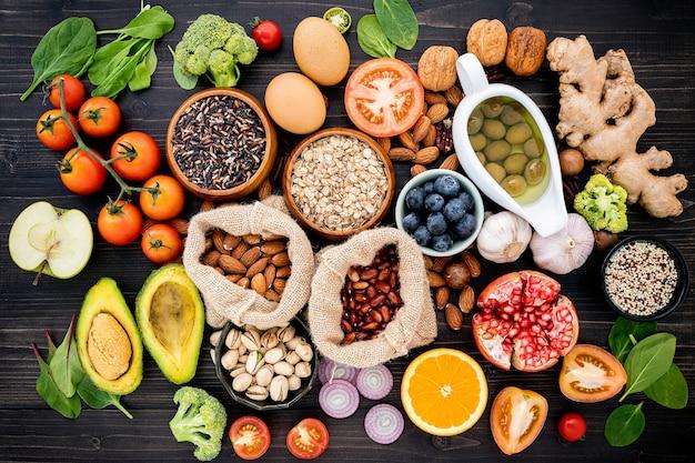 健康食品の選択のための原料は木製のテーブルに設定します。