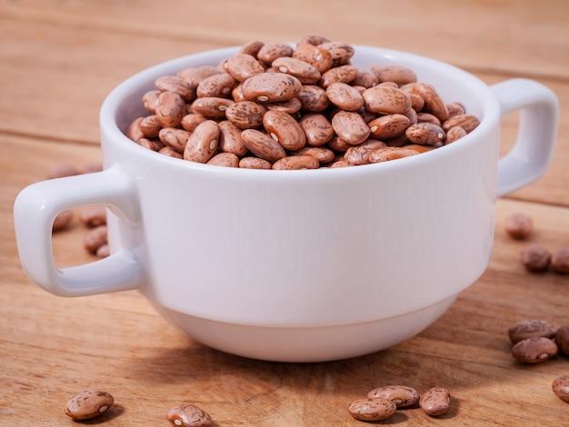 ボウルに茶色のピント豆を閉じる
