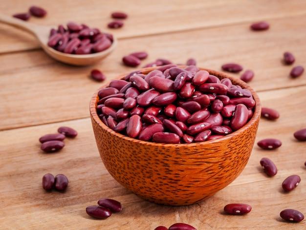 木製のボウルに赤インゲン豆を閉じる