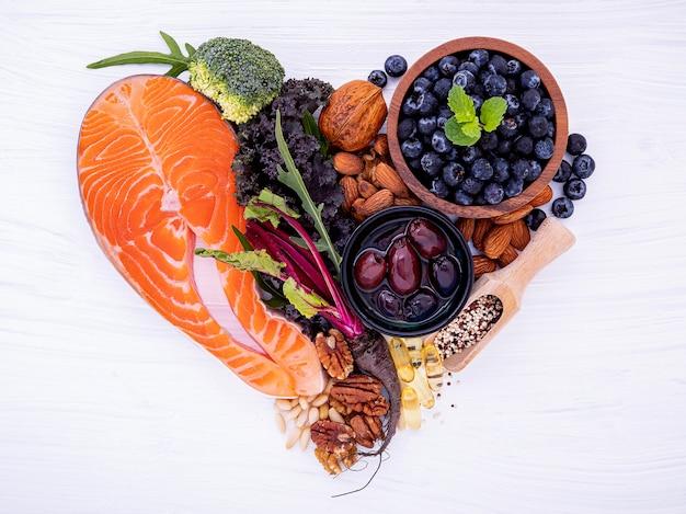 Форма сердца кетогенной концепции диеты низких углеводов.