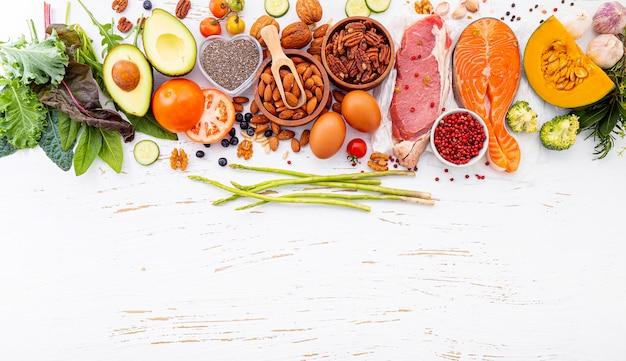 Ингредиенты для выбора здоровой пищи на белом фоне деревянные.