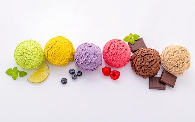 さまざまなアイスクリーム風味のボールを白い背景に分離します。