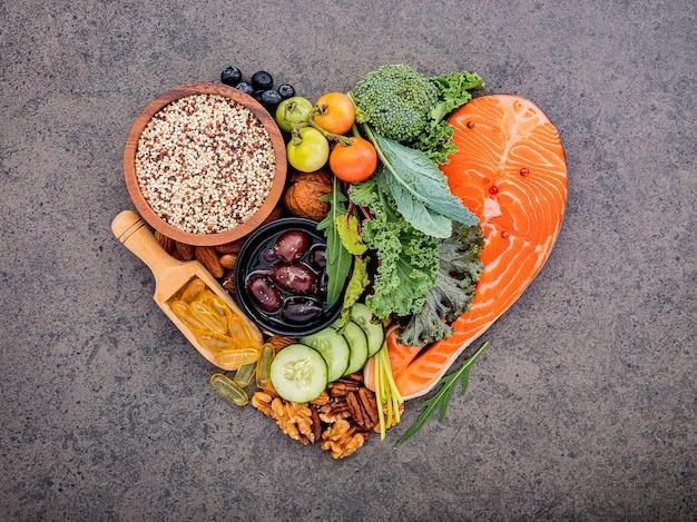 Форма сердца кетогенной концепции диеты с низким содержанием углеводов на темном камне