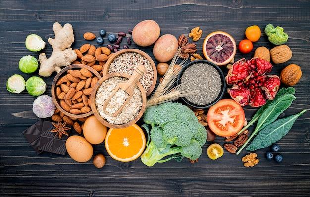 Ингредиенты для выбора здоровой пищи на деревянном