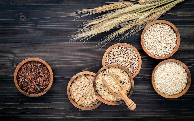 Различное естественное органическое семя хлопьев и всех зерен в деревянном шаре для здоровой концепции продукта пищевого ингредиента.