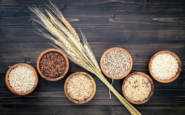 健康食品成分製品コンセプトの木製ボウルに様々な自然有機穀物と全粒種子。