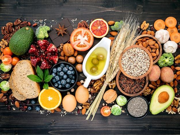 木製のテーブルに健康食品の成分