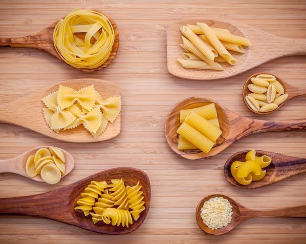 Концепция итальянской кухни и дизайн меню на белом фоне.
