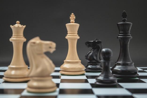 暗い背景にチェスセットアップの騎士。