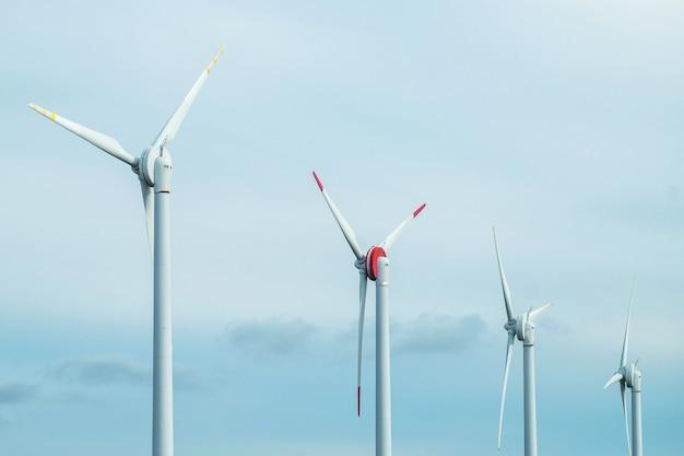 風力発電機のタービンと青空。