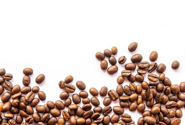 白い背景の上のコーヒー豆のクローズアップ