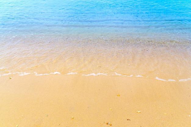 ビーチ夏背景に青い海の波