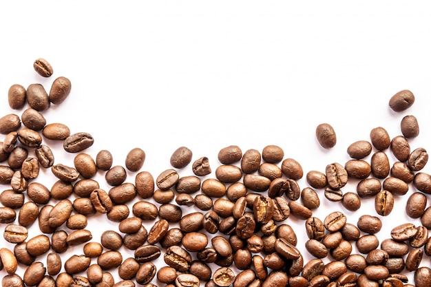 白い背景の上のコーヒー豆と炎