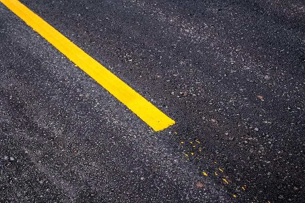黄色の線でアスファルト路面
