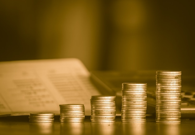お金を節約ゴールドマネーコインバックグラウンド概念のスタック