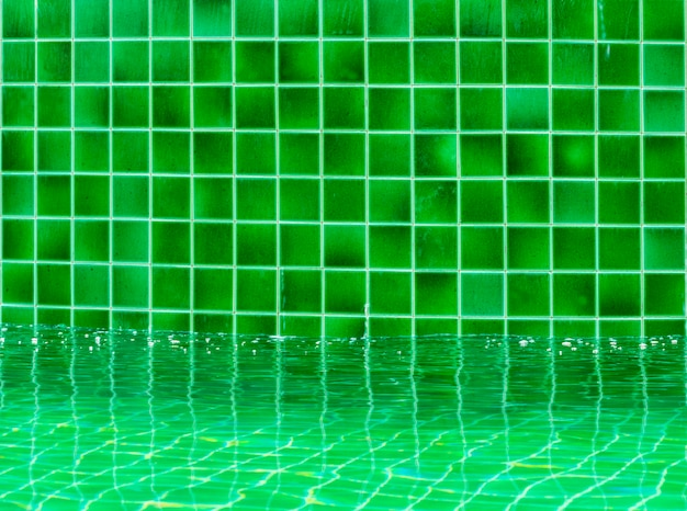 Зеленый плиточный пол