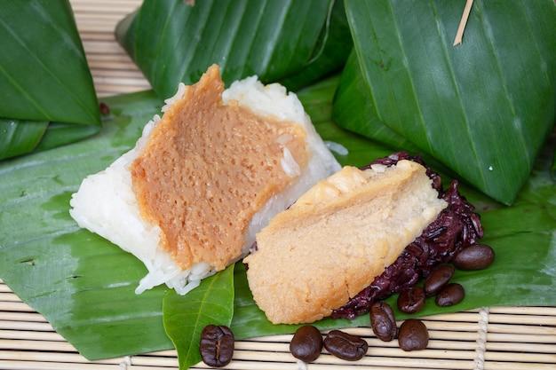 Тайский заварной крем черный клейкий рис десерт на банановом листе