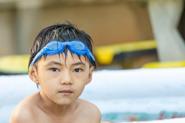 Мальчик в детском бассейне
