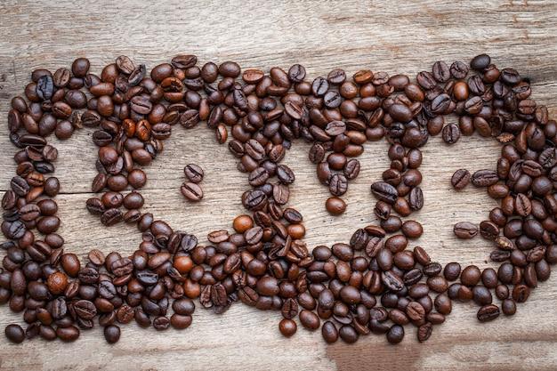 Кофейный боб любви на деревянном полу
