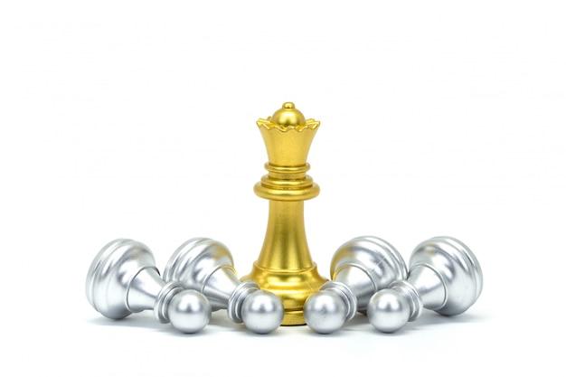 白で隔離される銀と金のチェスマン