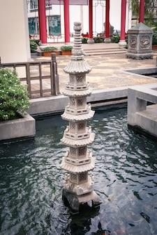 プール内の中国の柱