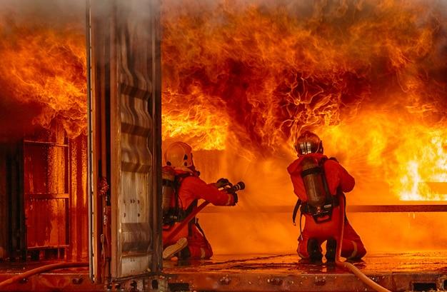 火災と戦う消防士