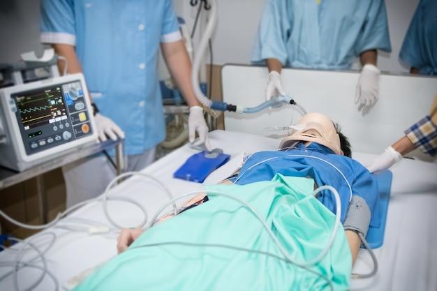 Врач и медсестры, которые лечат критически настроенных мужчин в отделении неотложной помощи