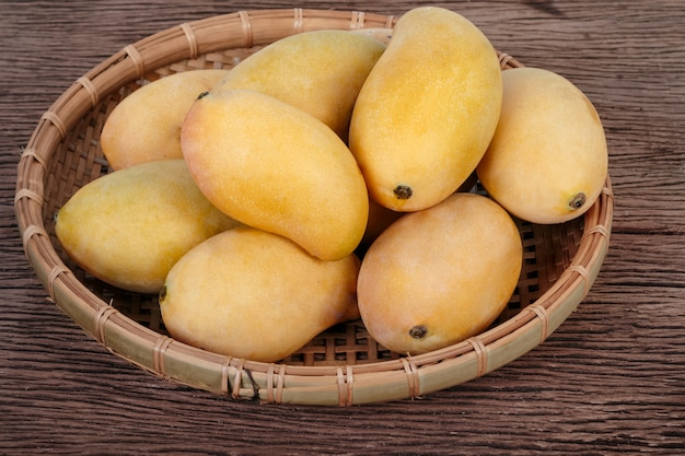 販売のバスケットで黄金の熟したマンゴー